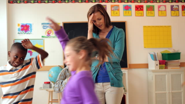 vidéos et rushes de students running around frustrated teacher in classroom - crouler sous le travail
