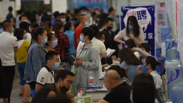 students seeking jobs at a time when the number of job opportunities are falling for graduate students on july 4, 2020 in taiyuan, shanxi province of... - 就職フェア点の映像素材/bロール