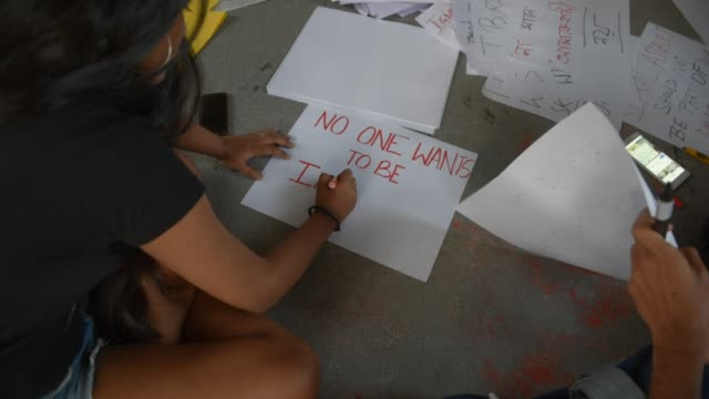 vidéos et rushes de students shout slogans, write posters and acts to protest against the alleged rape and murder of a 27-year-old veterinary doctor in hyderabad, during... - pancarte de manifestation