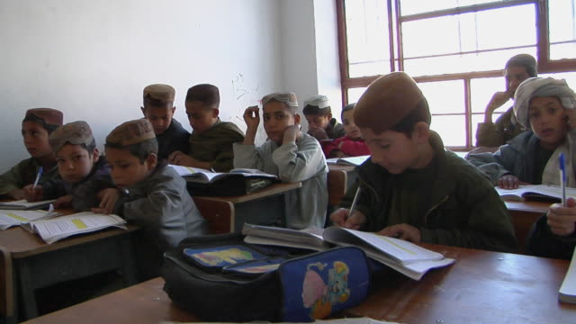 vidéos et rushes de ms students sitting in classroom / musa qala helmand province afghanistan - cartable