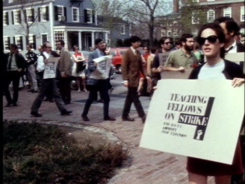 students staging an anti-rotc sit-in at harvard university picket university hall to protest the u.s. government's international policies. - バージニア大学点の映像素材/bロール