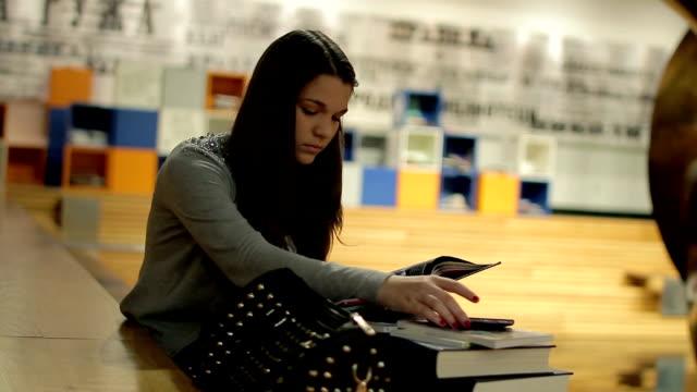 vídeos de stock, filmes e b-roll de alunos estudar na biblioteca - estudante universitária