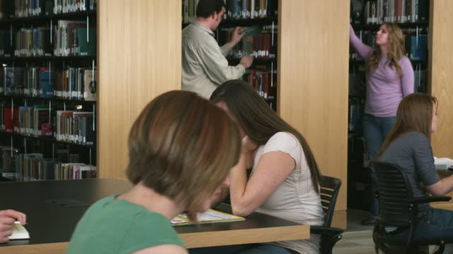 vidéos et rushes de cu ds students studying at library, orem, utah, usa - orem