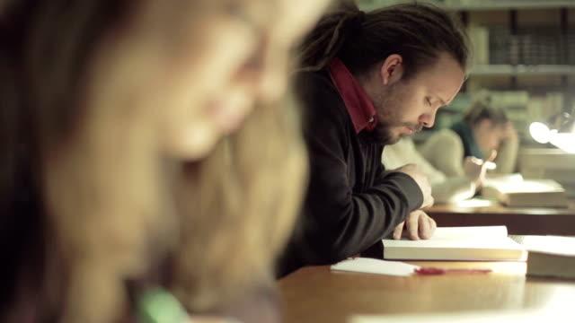 schüler lernen in einer bibliothek - konzentration stock-videos und b-roll-filmmaterial