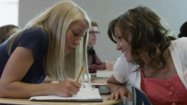 vidéos et rushes de ms students (16-17) talking during classes / spanish fork city, utah, usa - seulement des jeunes filles