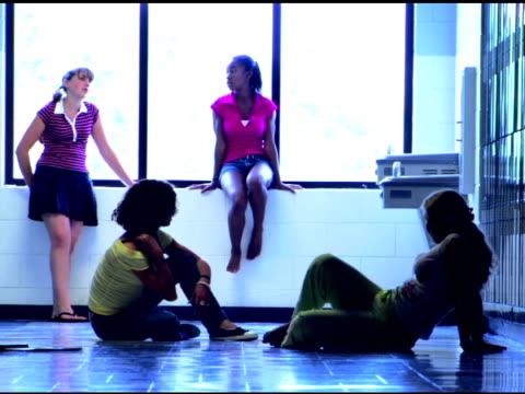 vidéos et rushes de students talking in school hallway - 16 17 ans