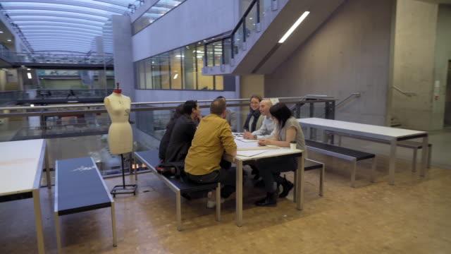 students talking - トルソー点の映像素材/bロール