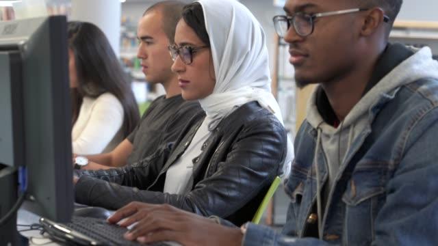vídeos de stock, filmes e b-roll de alunos usando a tecnologia - estudante universitária
