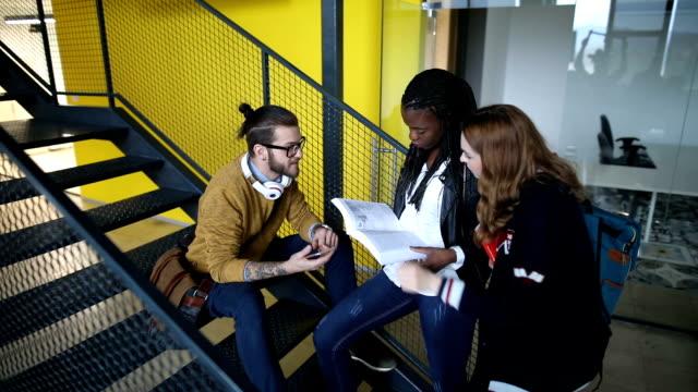 studenten warten auf prüfung auf treppe - studenten stock-videos und b-roll-filmmaterial
