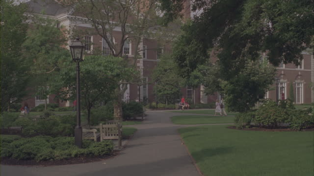 stockvideo's en b-roll-footage met students walk through harvard university's campus in cambridge, massachusetts. - harvard university
