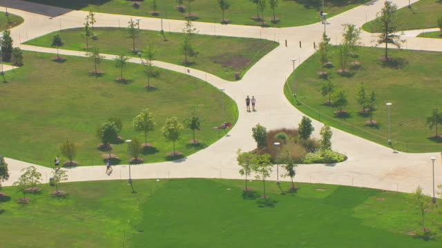 stockvideo's en b-roll-footage met ws aerial pov students walking along campus pathways to classes / champaign, illinois, united states - tuinpad