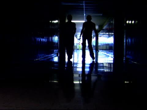 vídeos de stock, filmes e b-roll de students walking in school hallway - adolescentes meninas