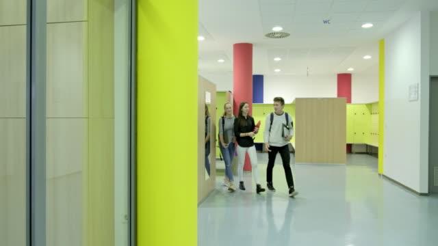 vidéos et rushes de étudiants marchant dans le couloir de l'école. - couloir