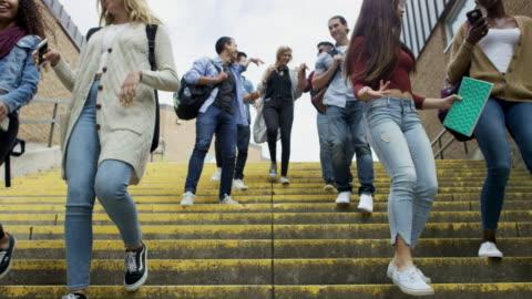 stockvideo's en b-roll-footage met studenten lopen samen - study