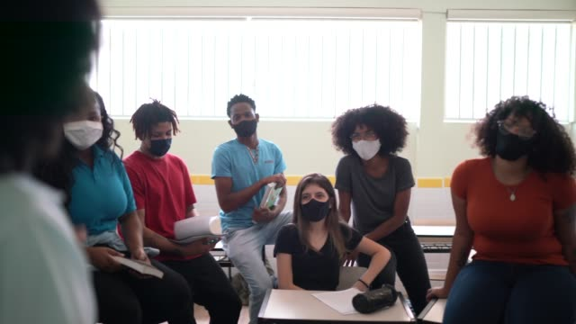 elever som bär ansiktsmask under en informell klass - hörsal bildbanksvideor och videomaterial från bakom kulisserna