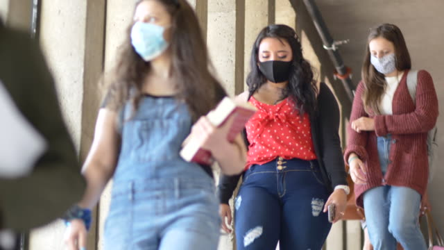 vídeos de stock e filmes b-roll de students wearing masks on campus - educação