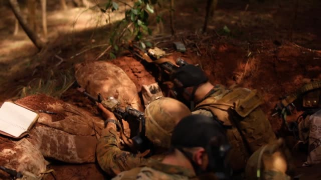 students with advanced infantry marine course conduct military operations on urban terrain operation during their field leadership evaluation at... - infanterie stock-videos und b-roll-filmmaterial