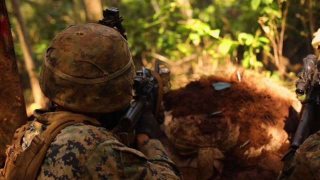 stockvideo's en b-roll-footage met students with advanced infantry marine course conduct military operations on urban terrain operation during their field leadership evaluation at... - infanterie