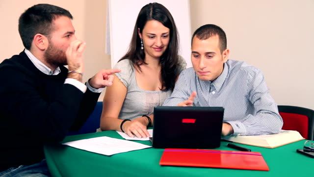 Studenten, die gemeinsam an laptop