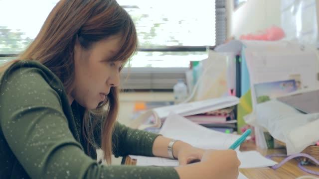 学生の困った重要書類を作業 - 書店点の映像素材/bロール