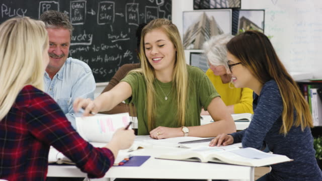Studenten gemeinsam arbeiten