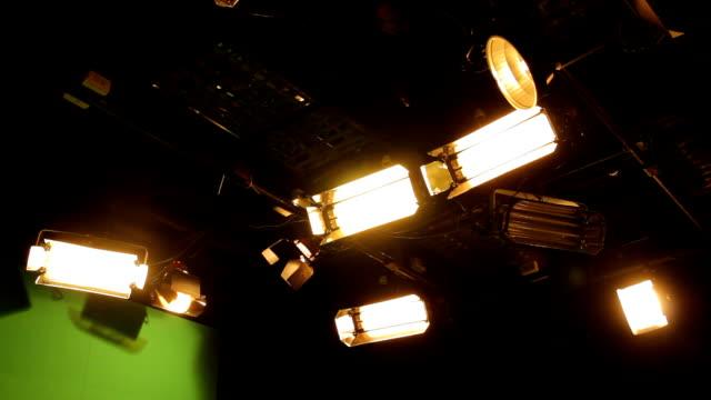 vídeos de stock, filmes e b-roll de studio luzes - câmera de filmar