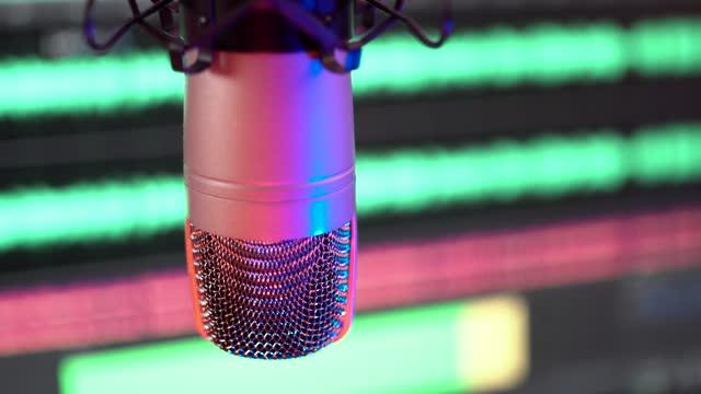 studio mikrofon aufnahme podcast audio - 4k-filmmaterial - reporterstil stock-videos und b-roll-filmmaterial