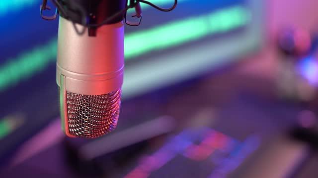 スタジオマイク録音ポッドキャストオーディオ - 4k映像 - マイク点の映像素材/bロール