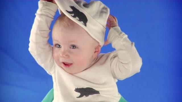 vídeos y material grabado en eventos de stock de cu studio portrait of baby boy (6-11 months) on blue screen - 6 11 months