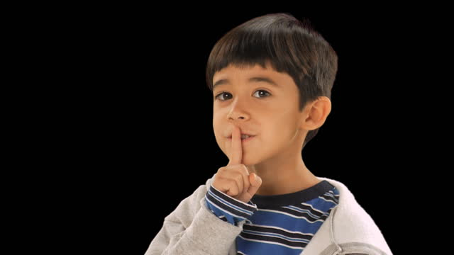 vídeos y material grabado en eventos de stock de cu, studio portrait of boy (6-7) with finger on lips - dedo sobre labios