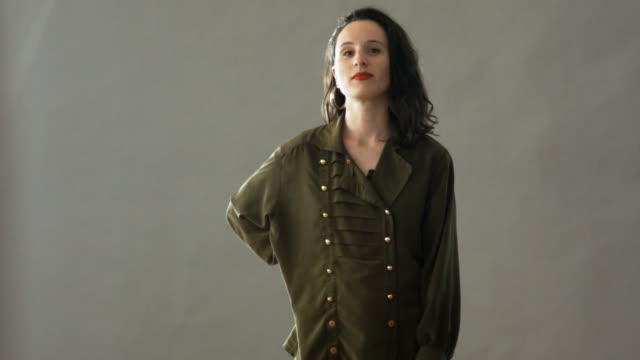studio portrait of confident woman - studioaufnahme stock-videos und b-roll-filmmaterial