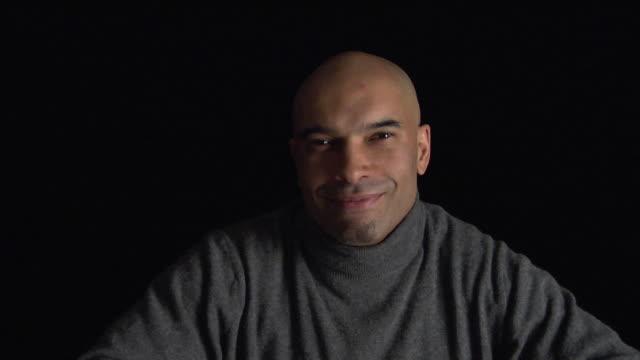 vídeos y material grabado en eventos de stock de zi, cu, studio portrait of smiling man - perilla