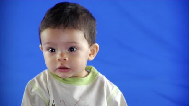 vídeos y material grabado en eventos de stock de cu studio shot of baby boy (6-11 months) on blue screen - 6 11 months