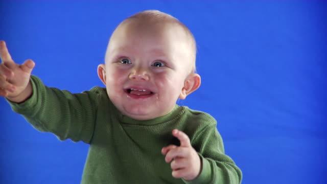 vidéos et rushes de cu studio shot of baby boy (12-17 months) on blue screen - 12 17 mois