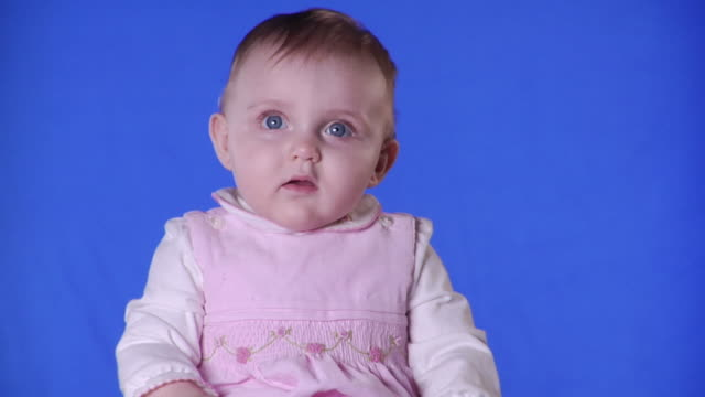 vídeos de stock, filmes e b-roll de cu studio shot of baby girl (12-17 months) on blue screen - kelly mason videos