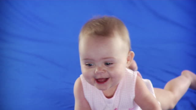 vídeos de stock, filmes e b-roll de ms studio shot of baby girl (6-11 months) on blue screen - kelly mason videos