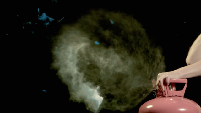 vídeos de stock, filmes e b-roll de slo mo, cu, studio shot of blue balloon exploding and releasing cloud of smoke - enchendo