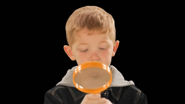 vídeos de stock e filmes b-roll de cu, studio shot of boy (6-7) looking through magnifying glass - lupa