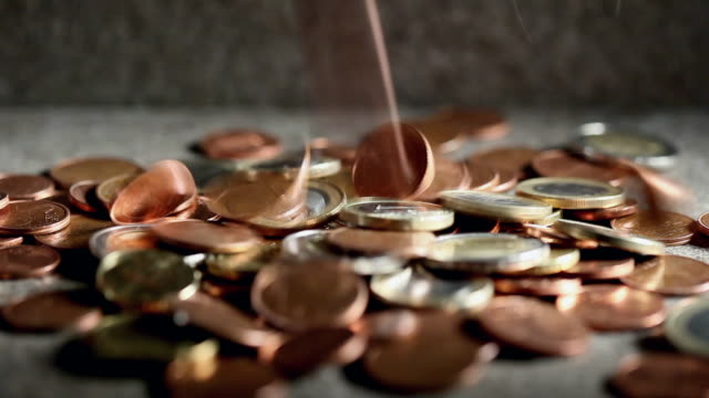 vídeos de stock, filmes e b-roll de ecu selective focus studio shot of euro coins falling on ground - moeda