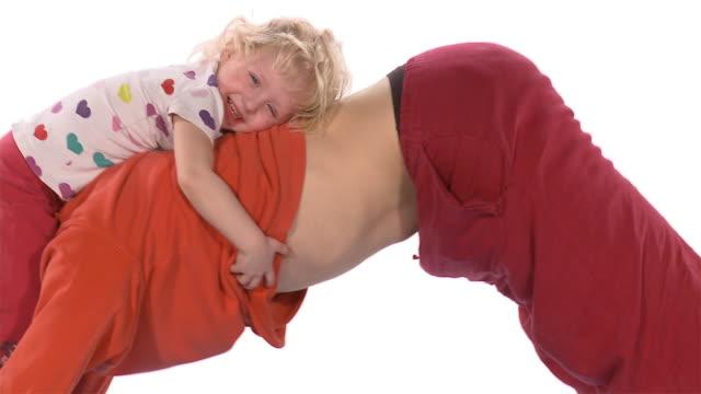 vídeos y material grabado en eventos de stock de ms zo ws studio shot of father and daughter (2-3) doing yoga downward facing dog pose on exercise mat - de cara al suelo