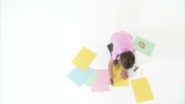 ws ha studio shot of girl (8-9) drawing / orem, utah, usa - korta ärmar bildbanksvideor och videomaterial från bakom kulisserna