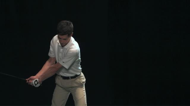 vídeos y material grabado en eventos de stock de slo mo ms studio shot of golf player teeing off - encuadre de tres cuartos