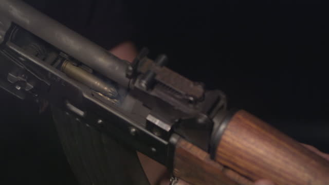 vidéos et rushes de slo mo, ecu, studio shot of man firing kalashnikov's automatic rifle, new york state, usa - fusil