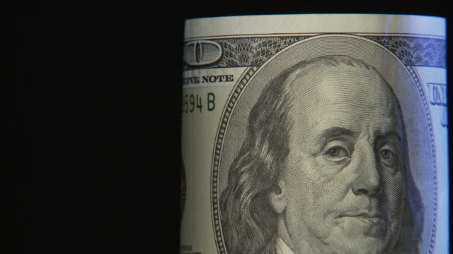 vídeos y material grabado en eventos de stock de ecu, pan, studio shot of one hundred dollar bill turning - benjamín franklin