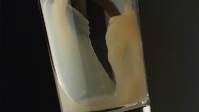 vídeos y material grabado en eventos de stock de slo mo cu studio shot of orange juice being poured into glass - zumo de naranja