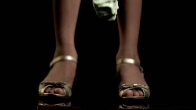 slo mo, cu, selective focus, studio shot of scoop of ice cream falling at woman's feet - アイスクリームスクープ点の映像素材/bロール