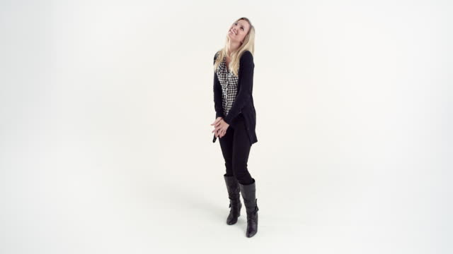 vidéos et rushes de ws studio shot of smiling young woman - cadrage en pied