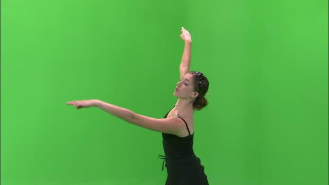 stockvideo's en b-roll-footage met ms studio shot of teenage (16-17) ballerina dancing / orem, utah, usa - alleen één tienermeisje
