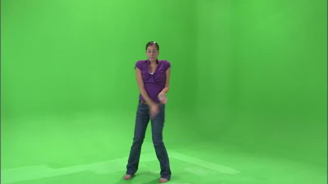 ws studio shot of teenage (16-17) girl in purple shirt dancing / orem, utah, usa - korta ärmar bildbanksvideor och videomaterial från bakom kulisserna