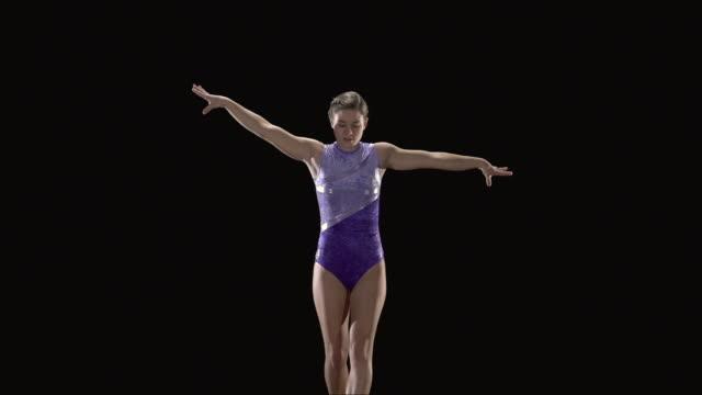vídeos de stock e filmes b-roll de slo mo ms studio shot of teenage (16-17) rhythmic gymnast jumping - body de ginástica